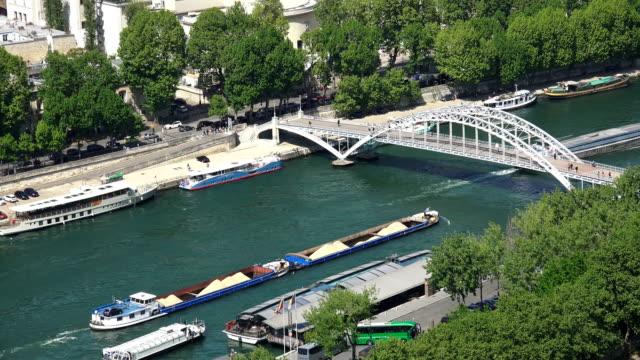 パリの貨物船によるセーヌ川と debilly 歩道橋、空中眺め、フランス - はしけ点の映像素材/bロール