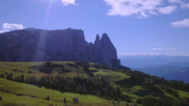 vidéos et rushes de seiser alm, alpe di siusi - drone vue du paysage alpes italiennes - nord