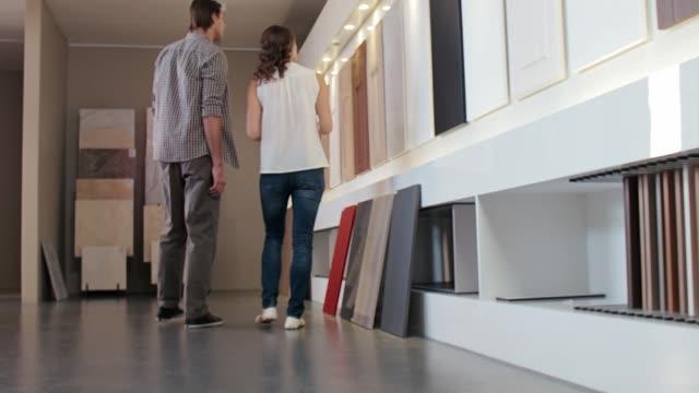 att välja nytt kök slutar vid homeware butiken - looking inside inside cabinet bildbanksvideor och videomaterial från bakom kulisserna