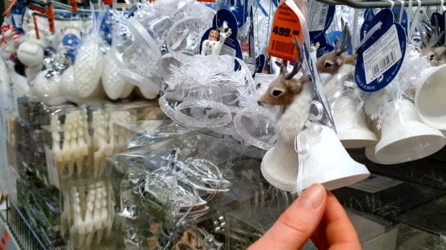 selezione e shopping nel negozio per decorazioni natalizie per l'albero di natale. - decorazione festiva video stock e b–roll