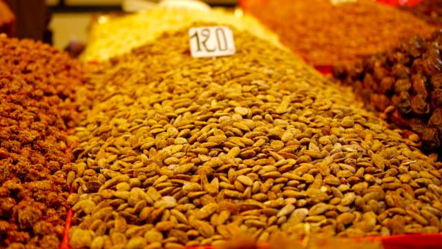selezione di noci sul mercato locale - souk video stock e b–roll