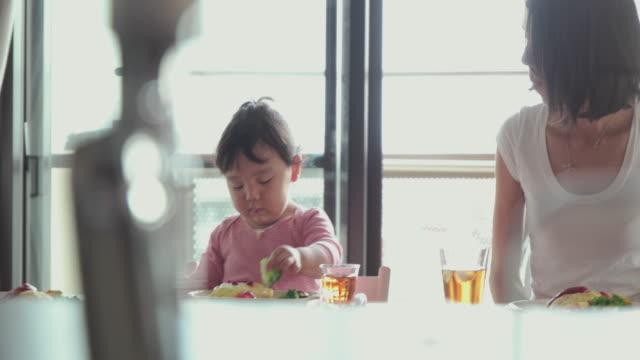 4 k 、セレクティブフォーカスます。日本のご家族でご一緒の時間をお過ごしいただけます。東京,日本 - 日本人のみ点の映像素材/bロール