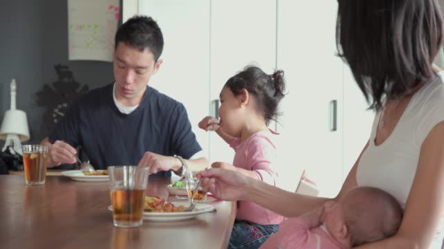 4k, selektivt fokus. japansk familj spendera tid tillsammans i sitt hem. tokyo, japan - måltid bildbanksvideor och videomaterial från bakom kulisserna