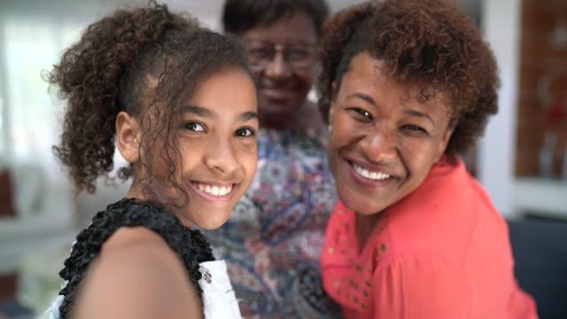 vídeos de stock e filmes b-roll de self portrait of a three generation women's family - afro