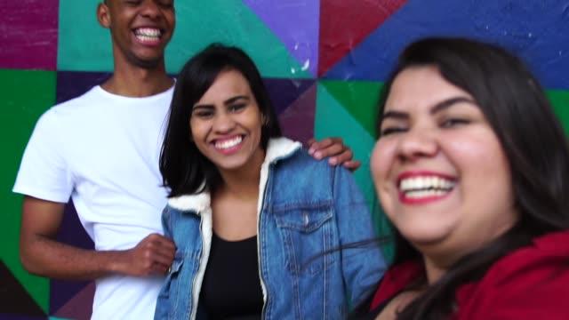 självporträtt av vänner att ha kul - kulturer bildbanksvideor och videomaterial från bakom kulisserna