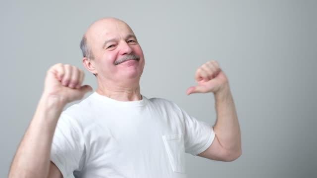 vídeos de stock e filmes b-roll de self satisfied and proud senior man haughtily looks forward - elegante