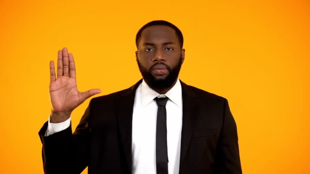 stockvideo's en b-roll-footage met self-confident afro-amerikaanse man in pak vloeken een eed, verkiezingscampagne - swearing
