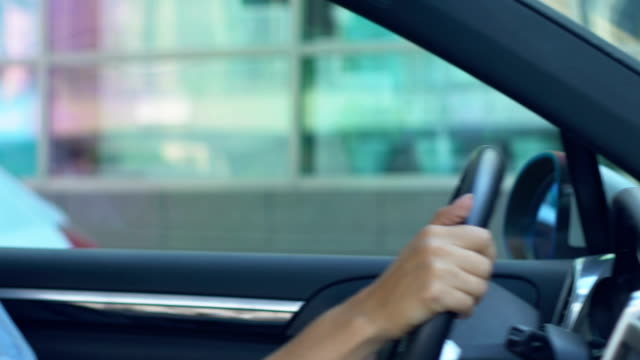 stockvideo's en b-roll-footage met zelfverzekerde zakenvrouw parkeren auto in de buurt van office center, ervaren chauffeur - parkeren