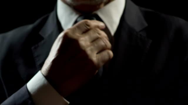 vídeos y material grabado en eventos de stock de seguro de sí mismo oligarca hombre ajuste de corbata, preparación para reunión de negocios - político