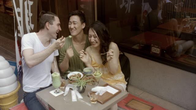 MONTAJE - amigos Selfie helado acera Cafe lento movimiento Japón. - vídeo