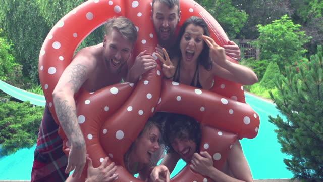 Churrasco de verão ao ar livre Selfie Fun Young Adult Pool Party - vídeo
