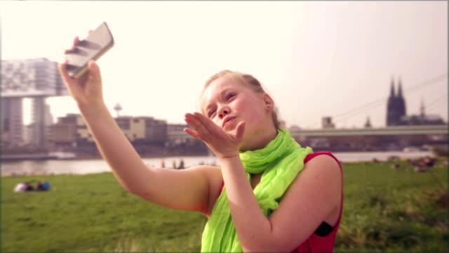selfie, girl sends kisses - telefonmeddelande bildbanksvideor och videomaterial från bakom kulisserna