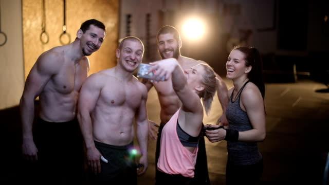 selfie i gymmet - gym skratt bildbanksvideor och videomaterial från bakom kulisserna