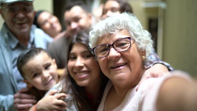 selfie av en stor familj återförenas hemma - latinamerikanskt ursprung bildbanksvideor och videomaterial från bakom kulisserna