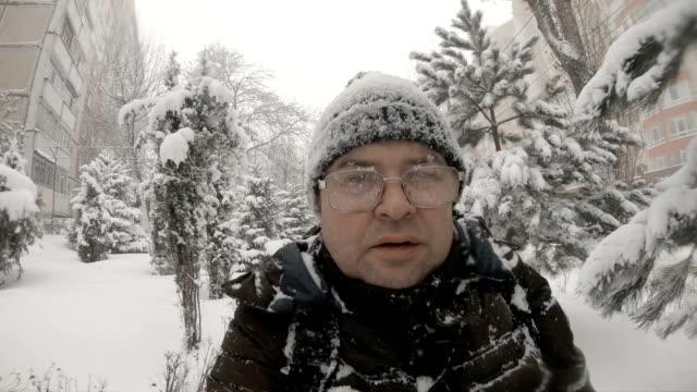 селфи человека, идущего в зимнюю метель - молдавия стоковые видео и кадры b-roll