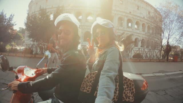 selfie scooter fahren: auf dem motorrad am kolosseum - italien stock-videos und b-roll-filmmaterial