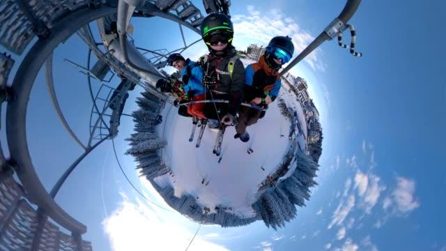 selfie atış grup arkadaşıyla bir teleferik sürme - mountain top stok videoları ve detay görüntü çekimi