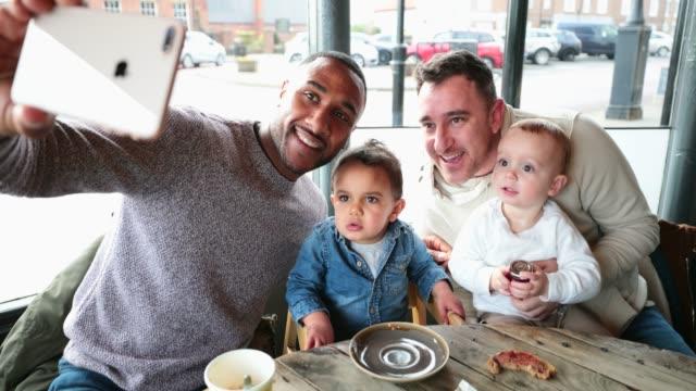 vídeos y material grabado en eventos de stock de selfie! - madre e hijos