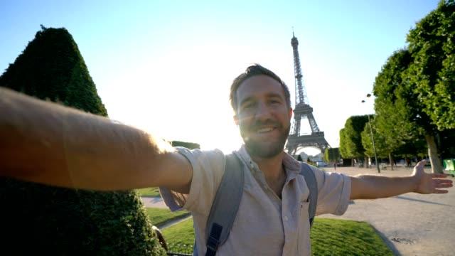 selfie video of young man in paris near the eiffel tower- france - torre eiffel video stock e b–roll