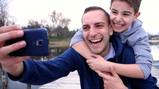selfie med far - enbarnsfamilj bildbanksvideor och videomaterial från bakom kulisserna