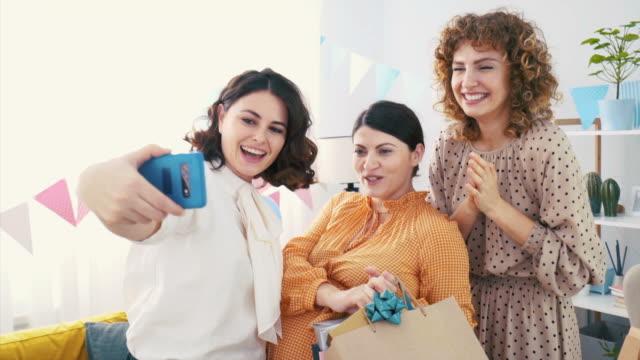 vídeos y material grabado en eventos de stock de selfies en la fiesta del baby shower. - baby shower