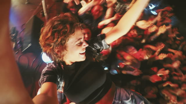 selfiestick in konzert menge - musikfestival stock-videos und b-roll-filmmaterial