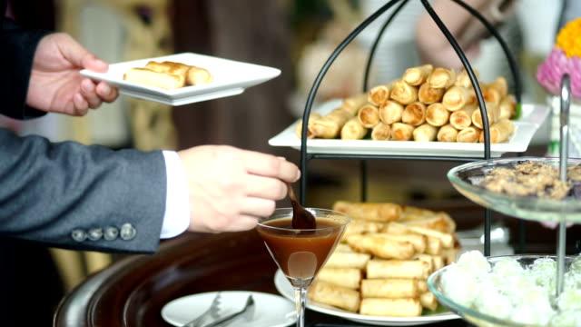 büfe, bir restoranda açık büfe yemek catering adam kendi kendine. - ordövr stok videoları ve detay görüntü çekimi
