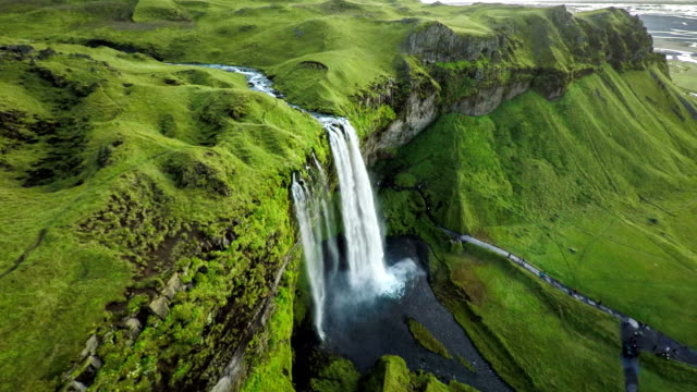 vídeos de stock, filmes e b-roll de antena: cachoeira seljalandsfoss na islândia - cascata