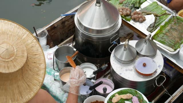 i̇çinde yüzen çarşı, tayland gıda satış - pazarcı stok videoları ve detay görüntü çekimi