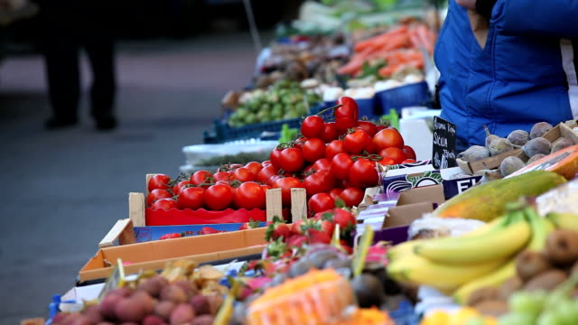 selling tomato on market video