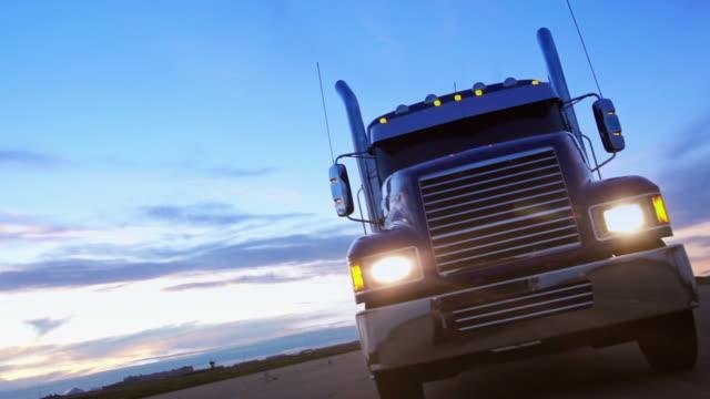 Semi camión unidades de la higway al atardecer. - vídeo