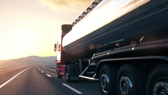 påhängsvagn tank truckkörning längs en öde väg i solnedgången - tankfartyg bildbanksvideor och videomaterial från bakom kulisserna