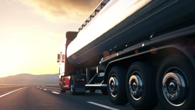 påhängsvagn truckkörning längs en öken väg - tankfartyg bildbanksvideor och videomaterial från bakom kulisserna