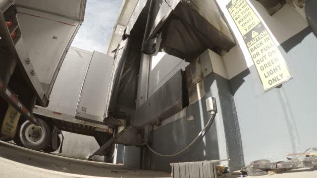 vídeos y material grabado en eventos de stock de semi-camión forro a base en un almacén - amarrado