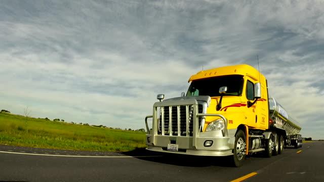 Camión semi por la carretera - vídeo