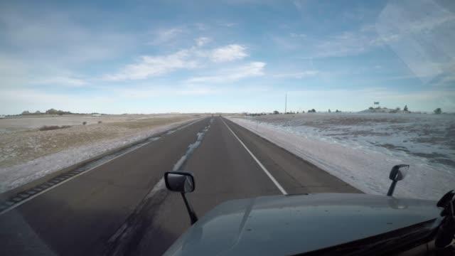 semi truck vindrutan körning tidsfördröjning - landsbygdens wyoming usa - vindruta bildbanksvideor och videomaterial från bakom kulisserna