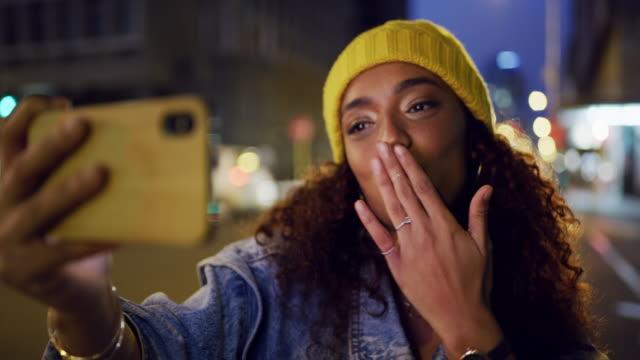 skicka kärlek från den stora staden - blåsa en kyss bildbanksvideor och videomaterial från bakom kulisserna