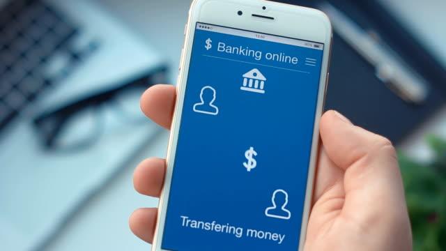 stockvideo's en b-roll-footage met geld overmaken op de banking app op de smartphone - uitwisselen