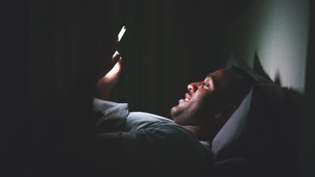 おやすみメッセージを送る - スマホ ベッド点の映像素材/bロール