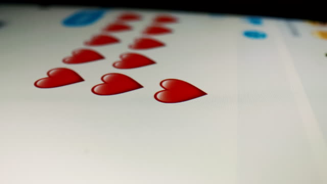 ecu invio di messaggi di testo con simboli cardiaci - flirtare video stock e b–roll