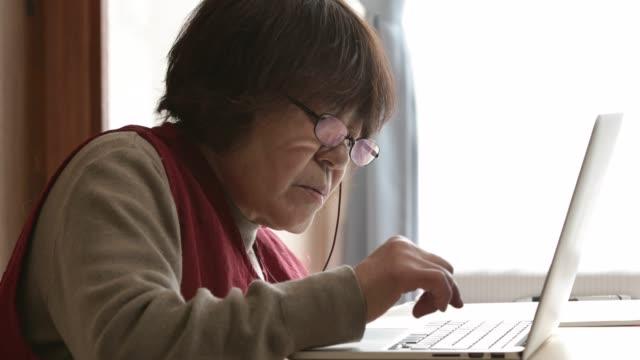 パソコンを操作する seniawoman。 - シニア点の映像素材/bロール
