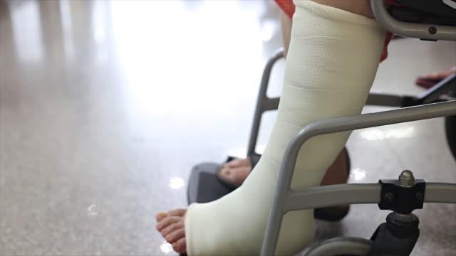 senior vuxna benskador sitter på rullstol - skada bildbanksvideor och videomaterial från bakom kulisserna