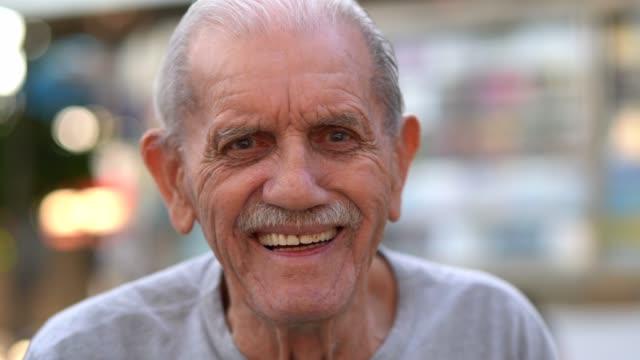vídeos de stock, filmes e b-roll de macho adulto sênior rindo retrato; ele tem 89 anos - sul europeu