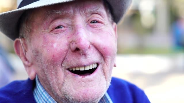 vídeos de stock, filmes e b-roll de macho adulto sênior rindo retrato; ele tem 91 anos - sul europeu
