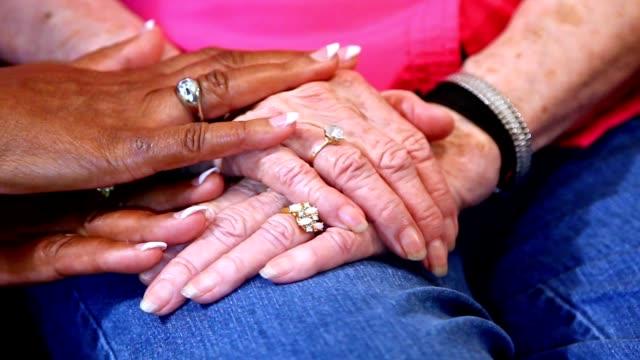 Las mujeres adultas mayores, confort cogidos de la mano. - vídeo