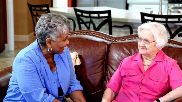 vídeos de stock, filmes e b-roll de amigos de mulheres adultas sênior na comunidade de vida assistida. - geriatria