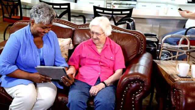 vídeos de stock, filmes e b-roll de amigos de mulheres adultas sênior na comunidade de vida assistida. - assistência à terceira idade