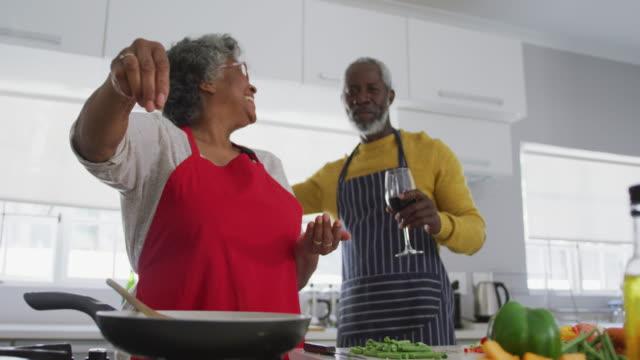ein senior african american paar verbringen zeit zusammen bei hausmannsischen soziale entsung in quaran - aktiver senior stock-videos und b-roll-filmmaterial