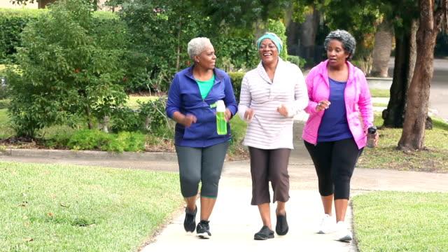 Senior African American Frauenpower walking, sprechen – Video