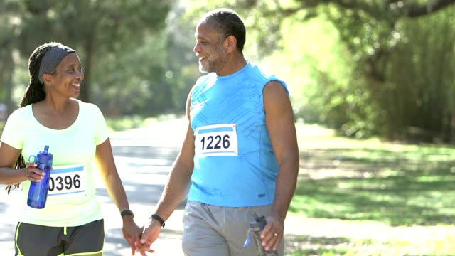 senior afrikanisch-amerikanischen ehepaar, läufer nach dem rennen - aktiver senior stock-videos und b-roll-filmmaterial